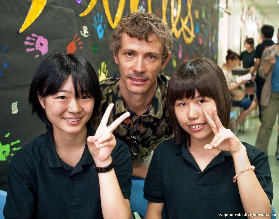 Японский учитель наказывает ученицу