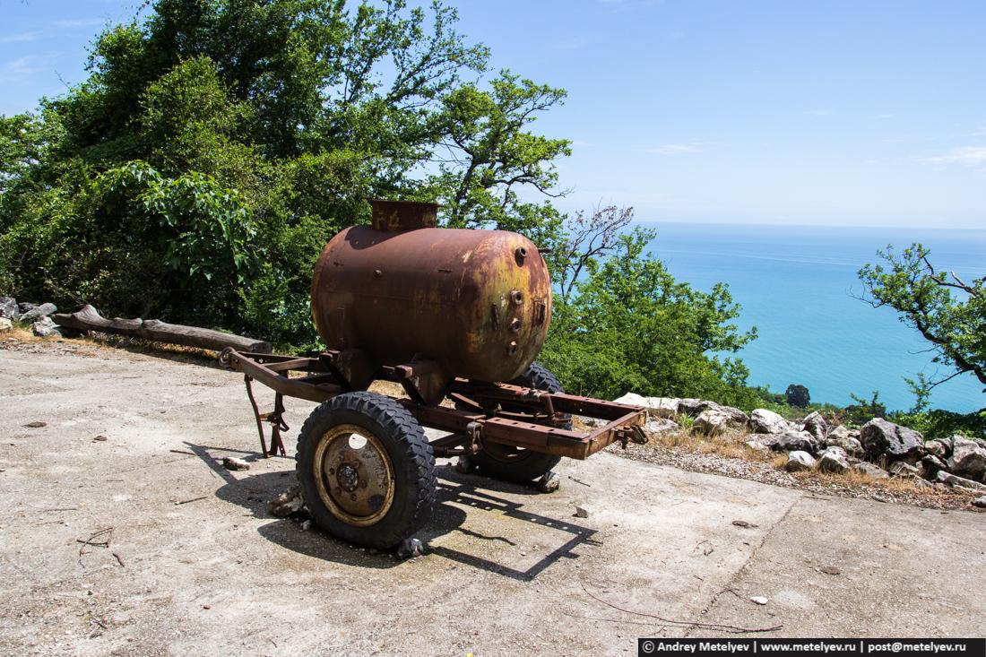 бочка на колесах стоит на тропе в Анакопийскую крепость
