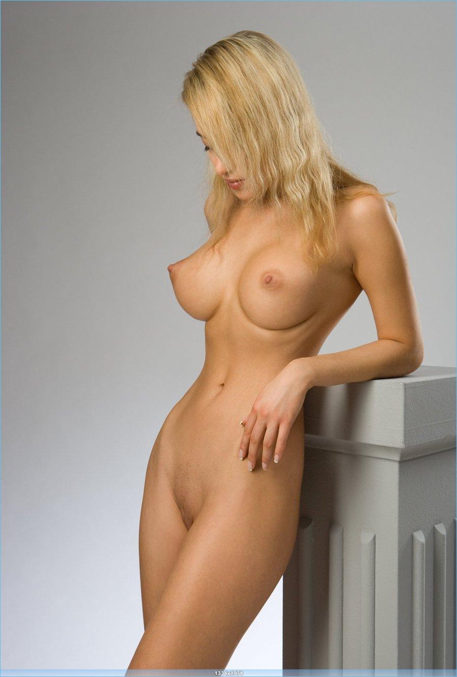 голая девушка с потрясающей фигурой