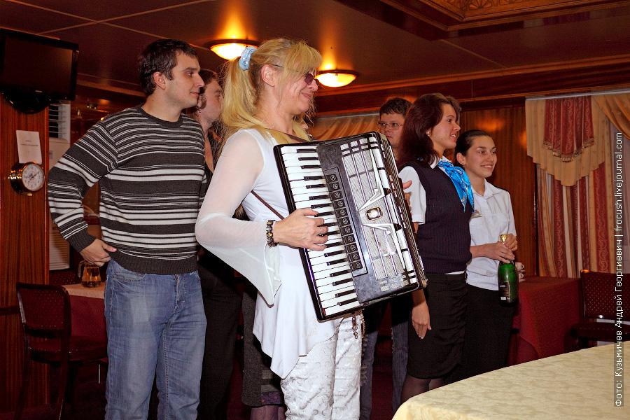 ведущая практически всех развлекательных программ, аккордеонистка и певица Лариса