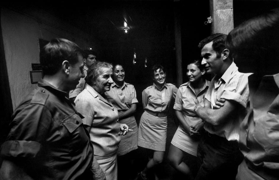Премьер-министр Голда Меир во время визита на Синай в 1970 году зашла в казарму поболтать с солдатами фото.Миша Бар-Эм(1930-) (Magnum)