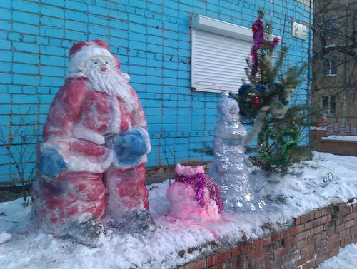 Дед Мороз и Снегурочка перед кафе Лагуна