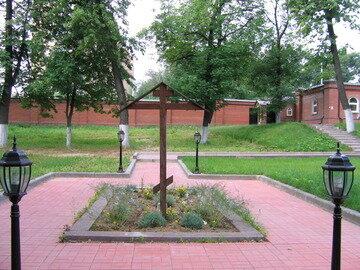 Безымянный крест в память всех захороненных.