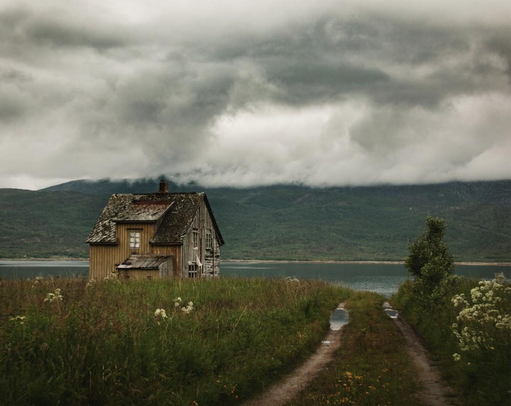 © Britt M./REX/Shutterstock  Завораживающе печальное сочетание сумрачной природы изаброшенных