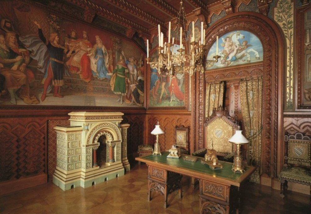 Обстановкой и окончательной отделкой интерьеров занимались архитекторы, специализировавшиеся также н