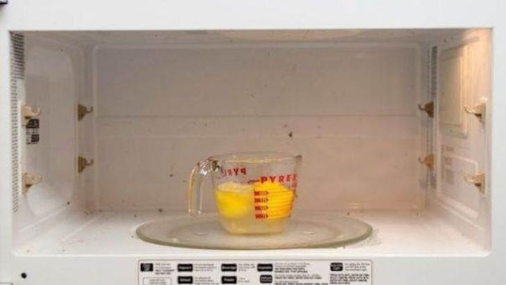 36. Чистая микроволновая печь Приготовьте миску, которую можно использовать в микроволновке, наполни