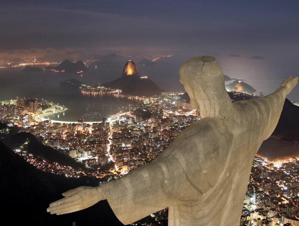С пика горы Корковадо, на которой установлена известная статуя Христа-Искупителя, открывается уникал