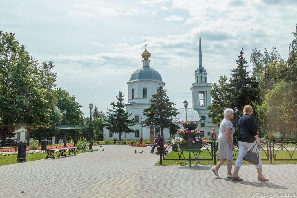 Сквер Ниловского, Церковь Воскресения Христова (Трёх исповедников), что за Волгой