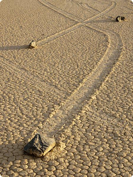 Гуляющие камни в Долине Смерти.