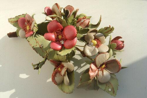 Я создаю коллекции украшений из кожи: цветы-броши