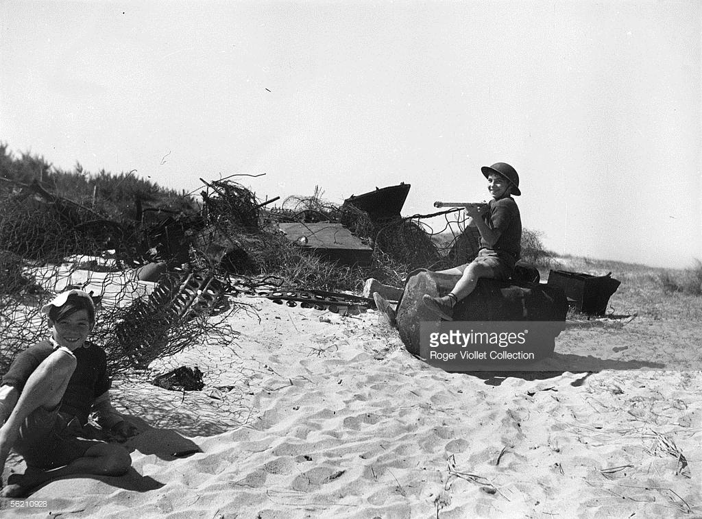 Дети на пляже в Нормандии.