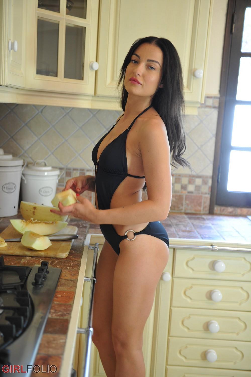 Kayleigh кушает дыню на кухне
