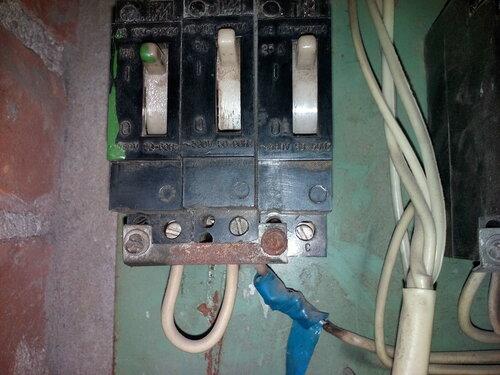 Срочный вызов электрика аварийной службы в квартиру после частичного отключения стояка электроснабжения