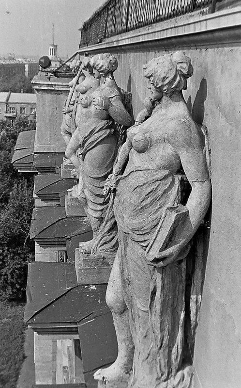 Скульптуры на фронтоне ОмИИТа