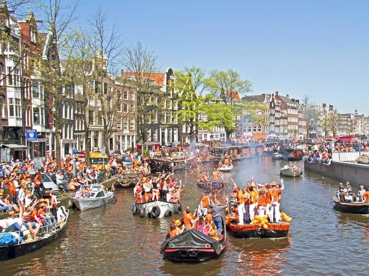 13. Поучаствуйте в гулянье на Дне Королевы в Амстердаме, когда люди одеваются в оранжевое и всю ночь