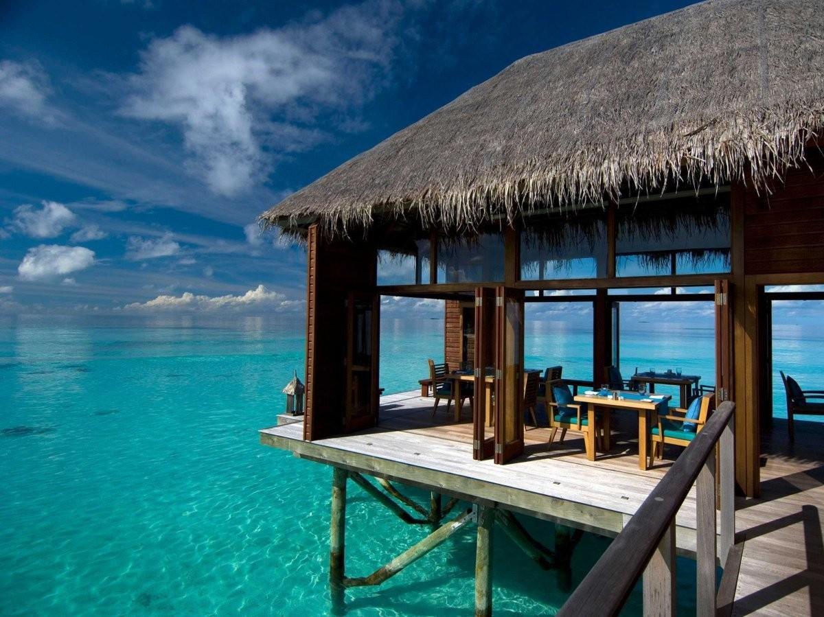 29. Остановитесь в роскошной хижине над бирюзовыми водами вокруг Мальдивских островов.