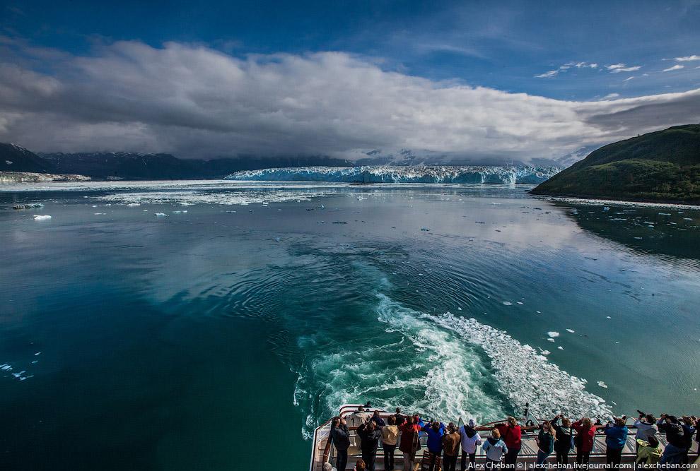 18. Но самое потрясающее зрелище — это когда огромные глыбы льда с грохотом откалываются от нес