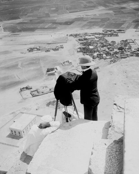 Около 1900 года. Шведский фотограф Льюис Ларссон на вершине пирамиды Хеопса.