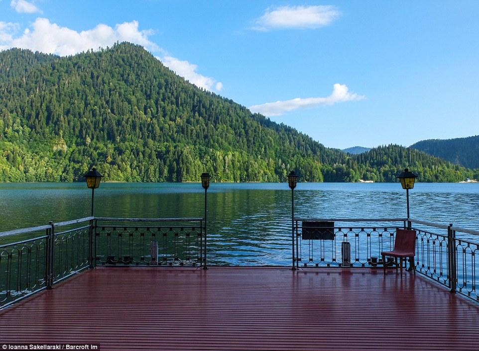 Резиденция расположена на берегу живописного озера Рица. С пристани открывается потрясающий вид на о