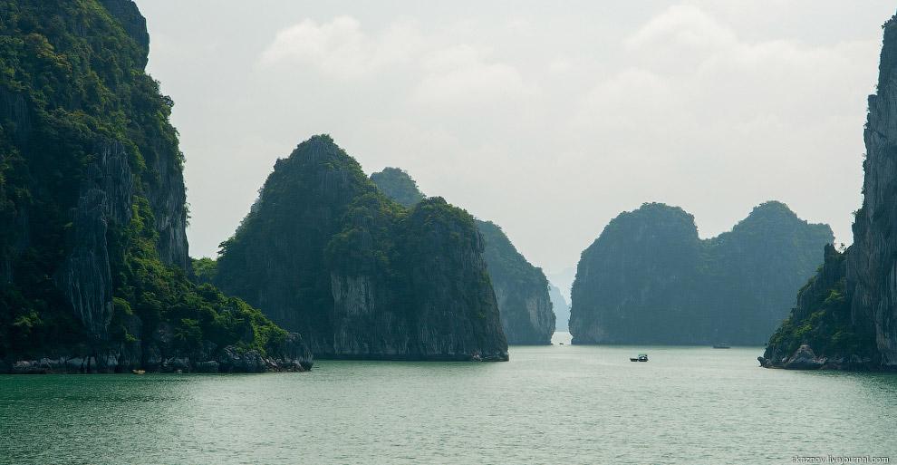 Для осмотра бухты Халонг во Вьетнаме мы выбрали один из десятков кораблей и ходили на нем по за