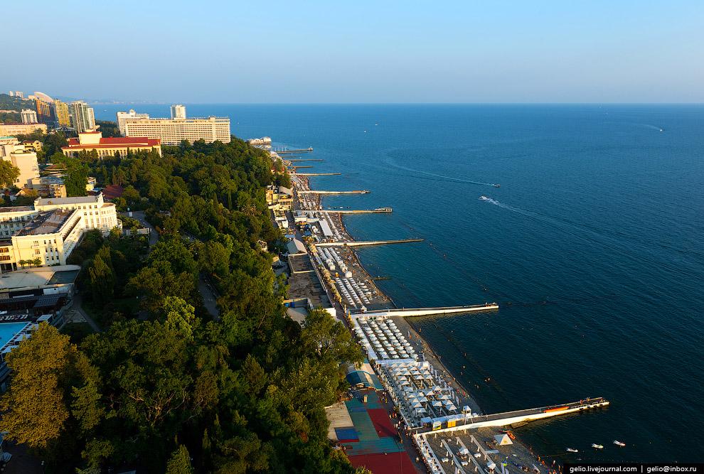 26. Всего в Сочи 131 пляж. 101 принадлежит санаториям и отелям. Оставшиеся 30 муниципальных — о