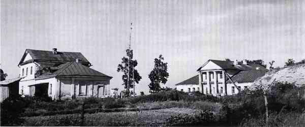 Западный и восточный флигели. Холм справа - покрытые землей руины господского дома.jpg