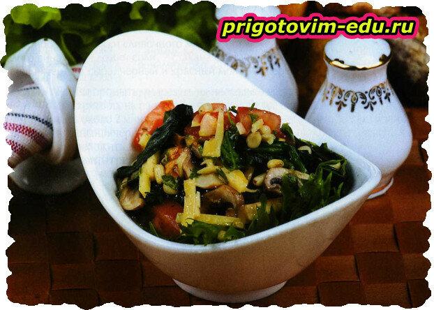 Грибной салат со шпинатом и орехами