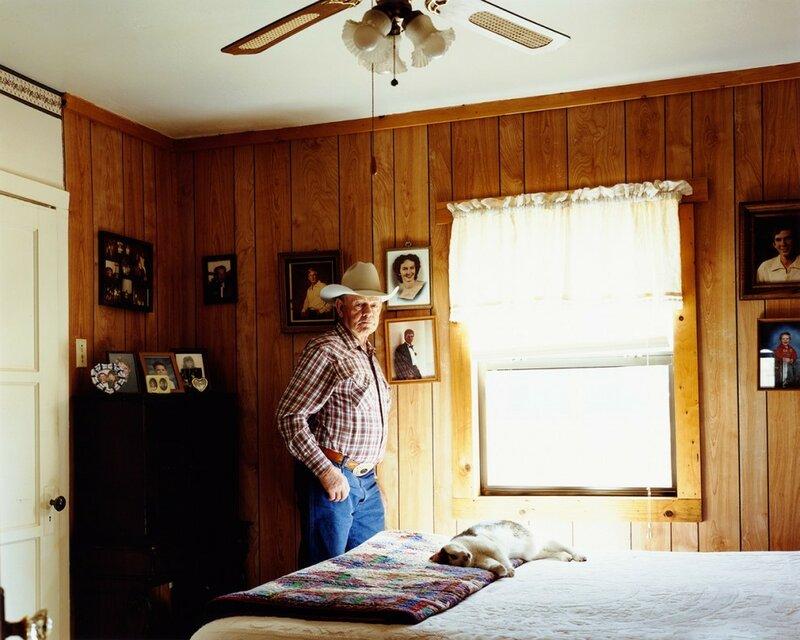 Ковбой Коттон Логан. Пиплс Вэлли, штат Аризона, 2008 год. В возрасте 75 лет Логан перенёс две операции на спине и эндопротезирование тазобедренного сустава. «Как только я смогу забраться на лошадь и держаться в седле целый день, я продолжу трудиться», – рассказывает ковбой о своих планах.