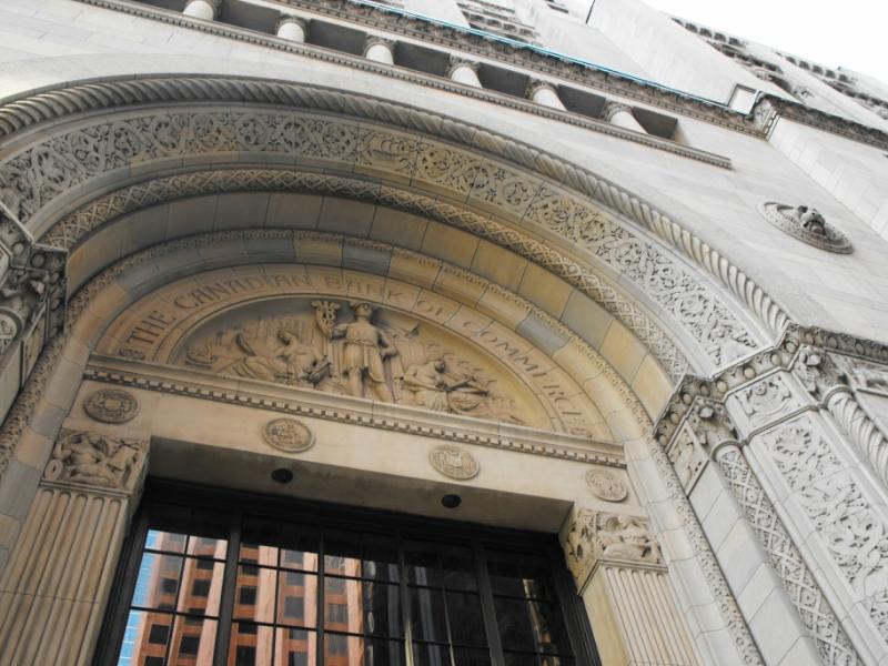 Торонто.  Вход  в  здание  Commerce  Court  North  со  стороны King  St.