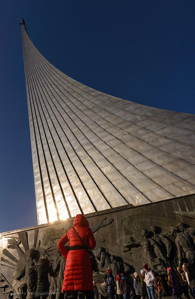 Фото 2. Монумент покорителям космоса у главного входа ВДНХ. Первая достопримечательность за время нашей прогулки по Москве. Камера Nikon D610, объектив Nikon 24-70/2.8. Параметры съемки: выдержка 1/1250 секунды, экспокоррекция -1.33EV, диафрагма f/9.0, ISO 100, фокусное расстояние 24 мм.