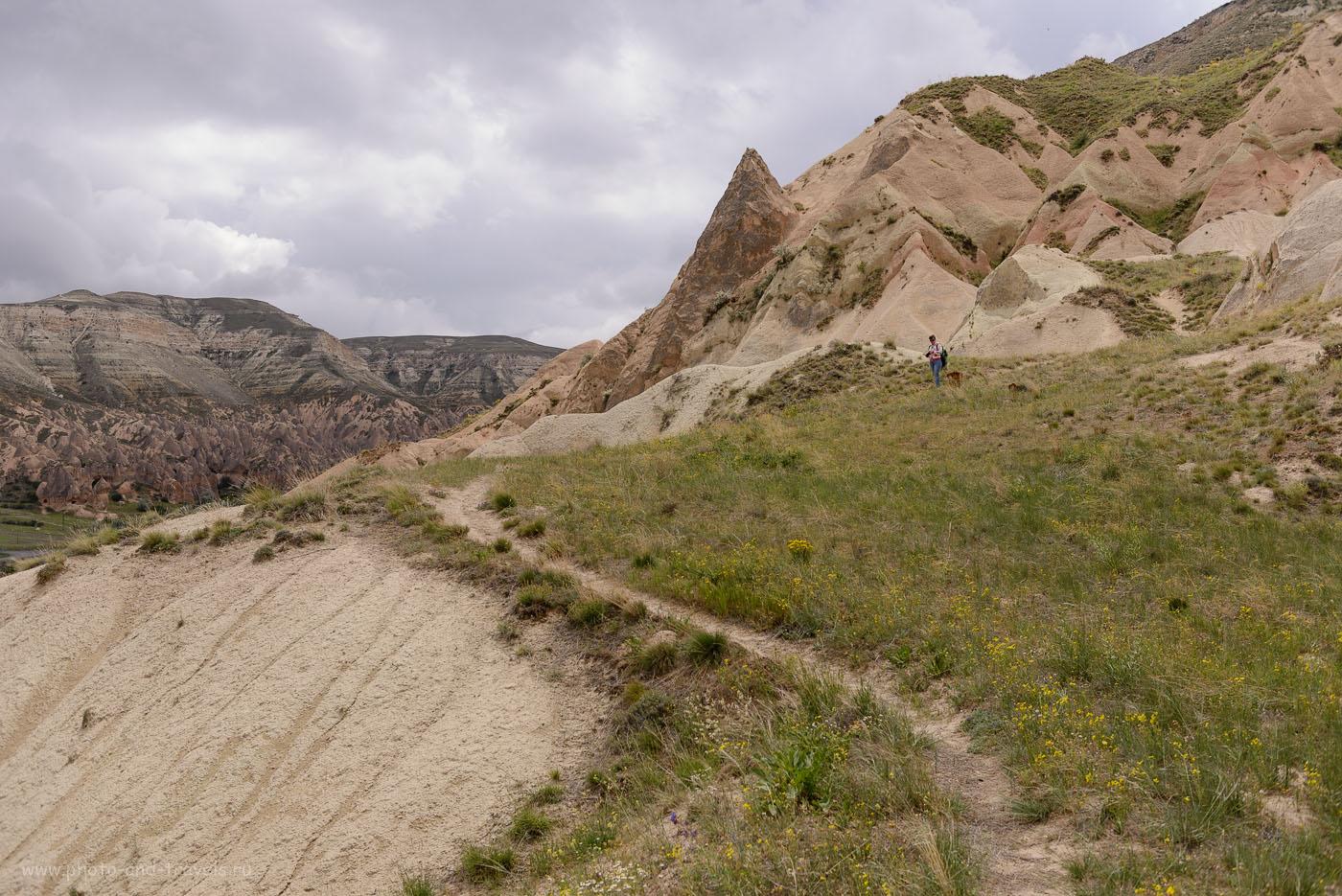 Фото 7. Тропинка в горах по пути из Paşabaği в Zelve. Отдых в Турции для россиян. Отзывы туристов. 1/2000, -0.33, 4.5, 160, 32.