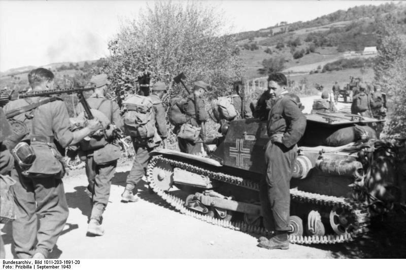 Albanien, deutsche Soldaten, italienischer Panzer