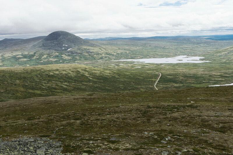 пейзаж на горе Рамсхёгда (Ramshøgda) с горой Муэн (Muen) и тундрой