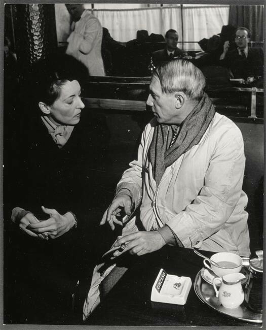 1930-е. Пикассо в «Кафе де Флор» с южно-американской критикессой