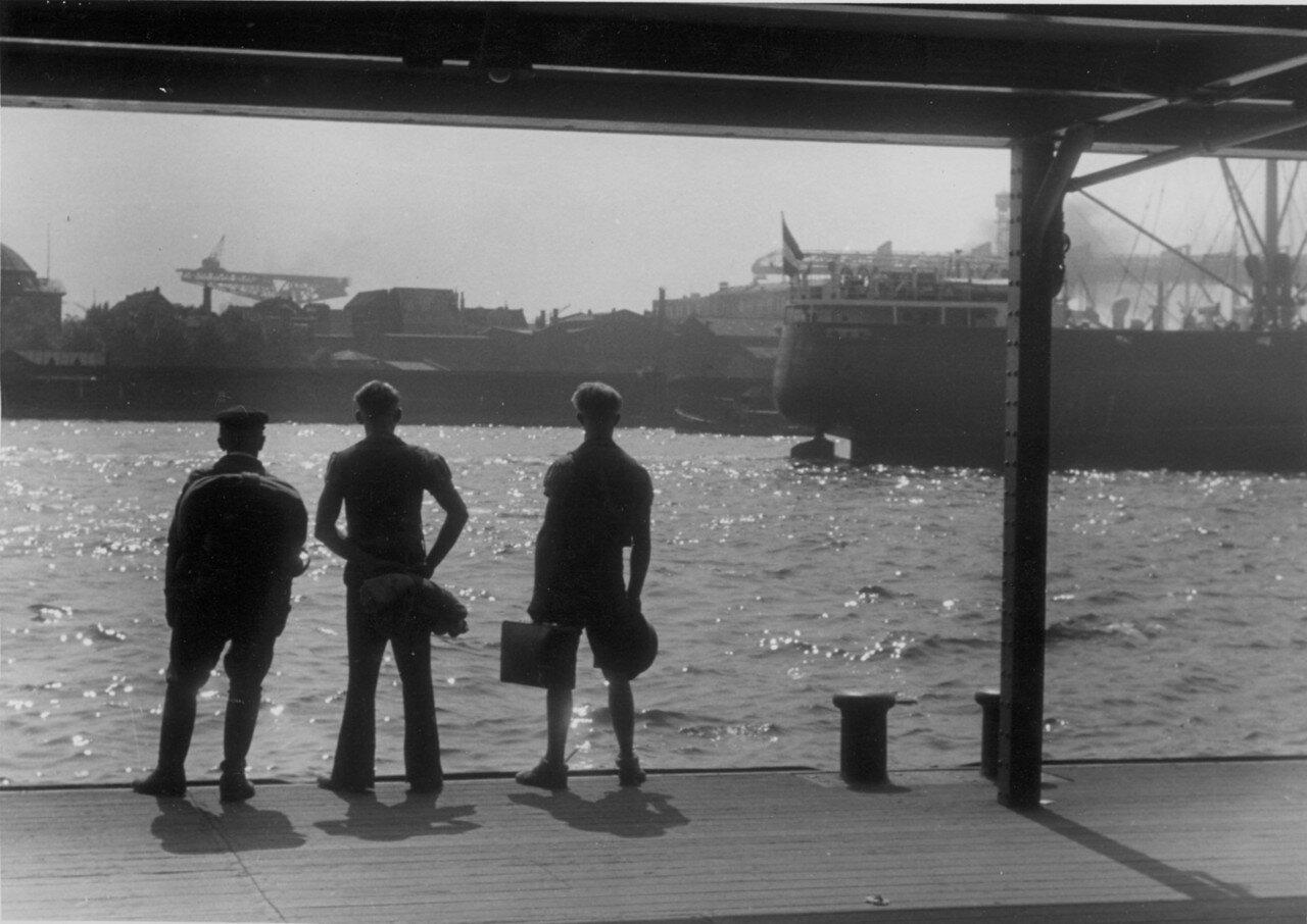 Гамбург. В порту три моряка на причале