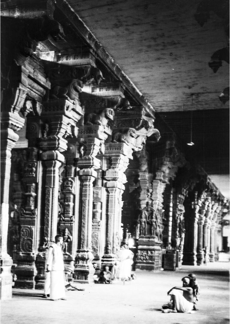 456. Мадрас. Зал с каменными колоннами и скульптурами