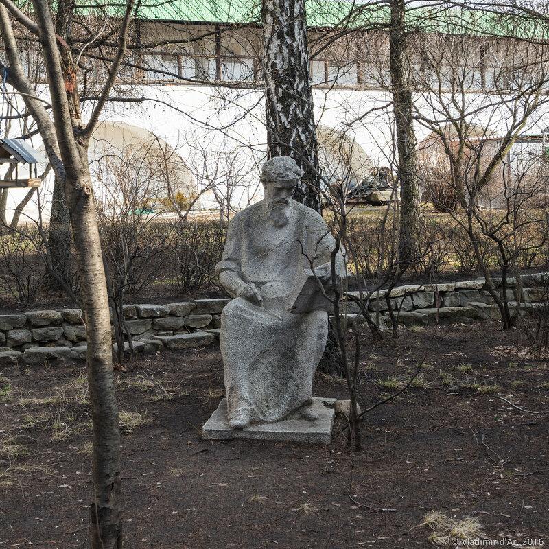 Памятник иконописцу Андрею Рублеву. Новоспасский монастырь.