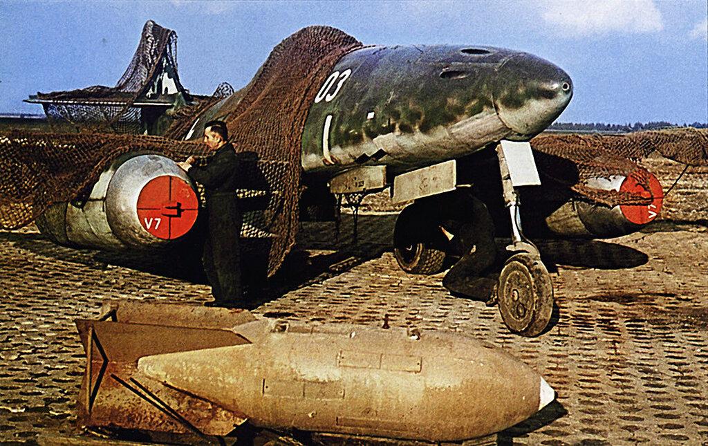 1945 Техники осматривают Трофейный немецкий реактивный истребитель Мессершмитт Ме-262V7.jpg