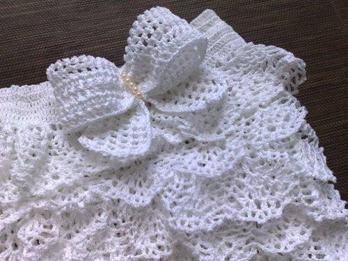 Белое летнее платье с оборками, связанное крючком.  Описание + схемы.