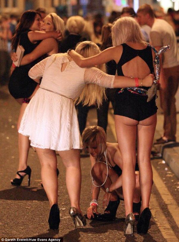 Толпой ебут пьяную девочку фото 28-143