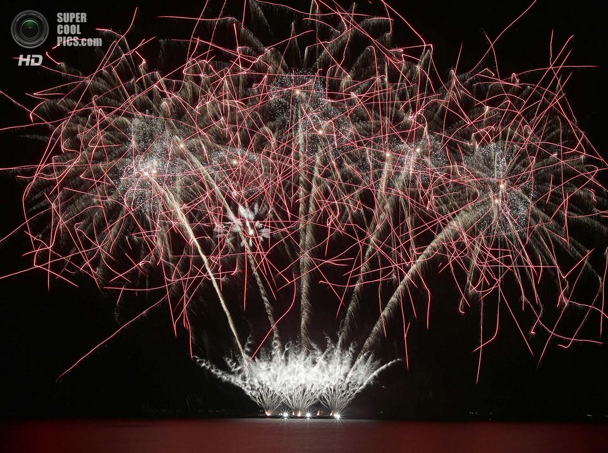 Шесть недель грандиозных фейерверков (19 фото)
