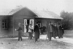 Группа следователей и корреспондентов у домика, где жил М.Я. Герценштейн.
