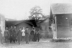 Группа следователей и корреспондентов у дома, где жил М.Я.Герценштейн.