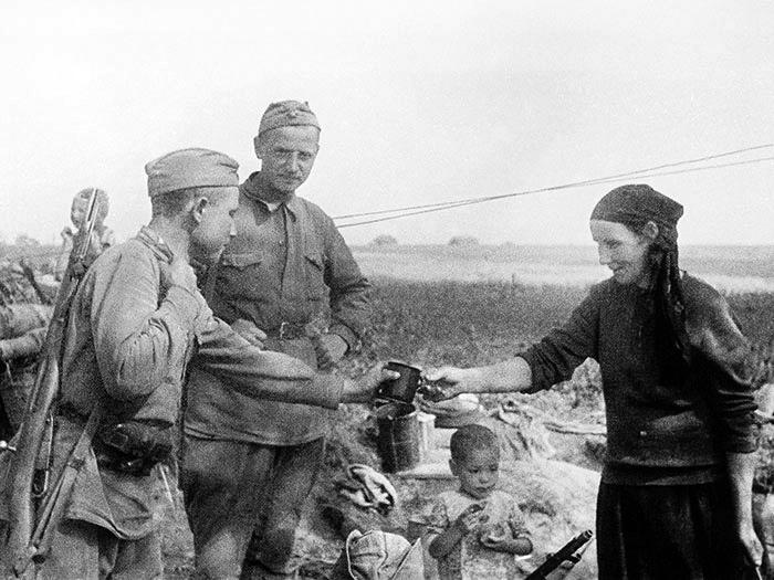 1.7 августа 1941 года. Бойцы Красной Армии в деревне.jpg