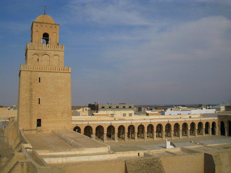 Тушканчик с сумкой в тунисе