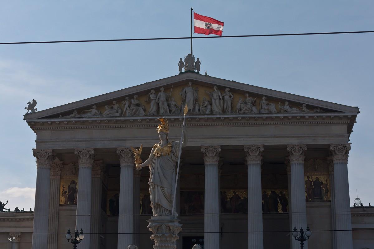 Памятник Афины Паллады перед Парламентом