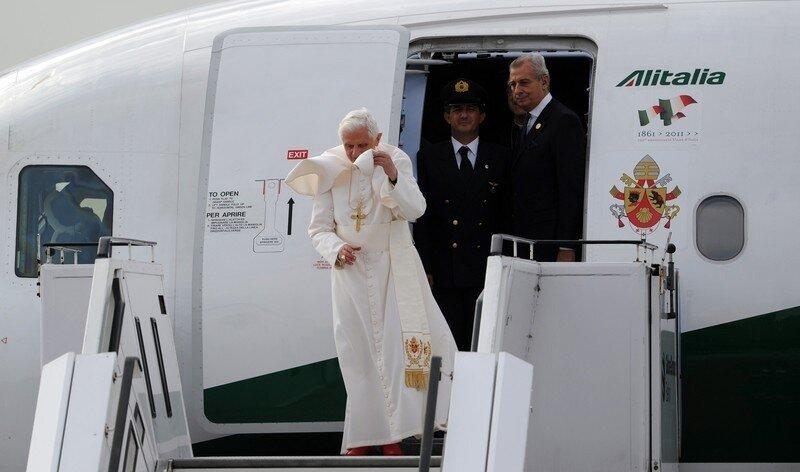 Оффтоп из Европы Pope Benedict XVI gets off his plane aft