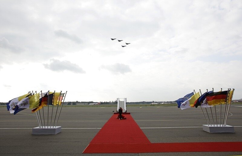 Оффтоп из Европы German Air Force fighter jets fly past the red carpet before the arrival of Pope Benedict XVI at Tegel International airport in Berlin