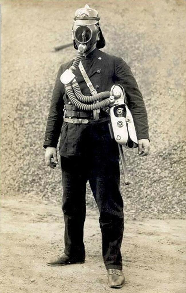 Тильзит. Пожарный в противогазе. 1930.jpg