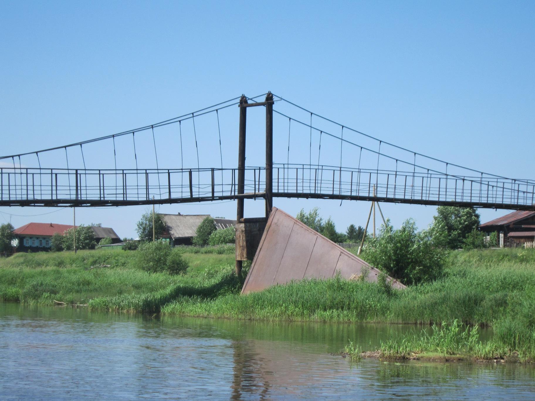Мост в деревне Трека. Хорошо видна защита от ледохода (08.07.2015)